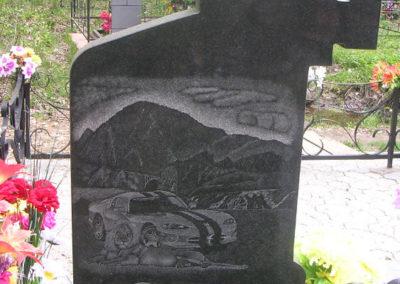 эксклюзивный памятник с гравировкой с благоустройством могилы плиткой