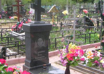 эксклюзивный памятник с крестом с благоустройством могилы плиткой и надгробной плитой