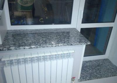 Гранитные подоконники на балконный блок