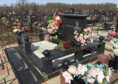 эксклюзивный памятник с благоустройством могилы и гранитной оградой