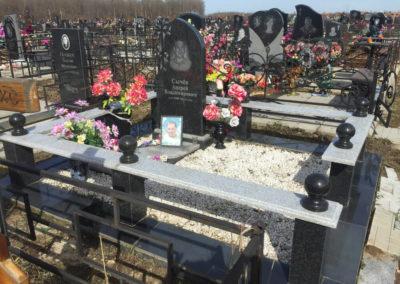 кобинированный памятник с благоустройством могилы и гранитной оградой с шарами из гранита