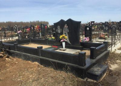 семейный памятник с благоустройством могилы и гранитной оградой
