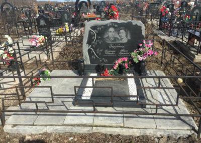 семейный памятник с гранитной лампадкой и вазой