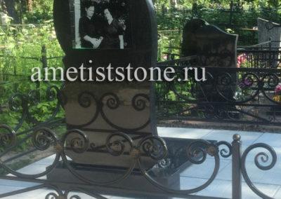 Фото под стеклом на памятнике