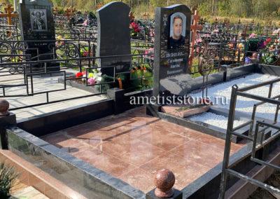 Памятник фото под стеклом, гранитный комплекс, подсыпка мраморной крошкой
